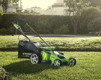 Tondeuse Greenworks 2500207UC posée sur une pelouse
