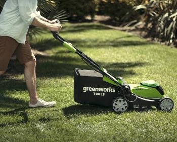 Homme en train d'utiliser la tondeuse Greenworks 2504707UC