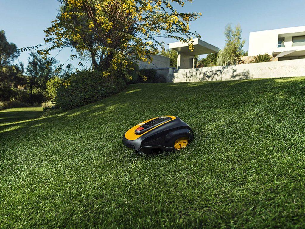 Photo du robot Mcculloch dans un jardin